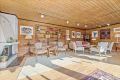 Stuen er lys og solrik, stort areal gir mange muligheter for møblering.