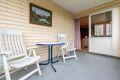Innglasset balkong på 8 kvm hvor du kan lage din egen oase av møblering og blomster.