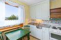 Hvitevarene på kjøkkenet vil følge leiligheten. De daglige måltider kan du spise her ved vinduet.