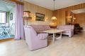Stuen er romslig med god løsning. Du har mulighet for  både salong og spisestue.