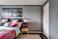 Hovedsoverommet er romslig, med god plass til dobbeltseng og nattbord på hver side.