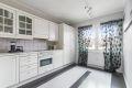 Kjøkkeninnredningen er bestående av integrert komfyr og kokeplate, samt opplegg for vaskemaskin.
