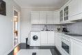 Kjøkkenet er romslig og byr på godt med både benkeplass- og lagringsplass!
