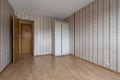 Soverom 2 med laminat på gulv, tapet på vegger og malt tak. Originalt plassbygd garderobeskap