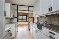 Kjøkkeninnredning med laminerte fronter, originale skapskrog, laminat benkeplate og dobbel oppvaskkum med helt benkebeslag