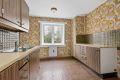 Kjøkken med belegg på gulv, tapet på vegger og malt tak. Muligheter for en liten spiseplass ved kjøkkenvinduet.