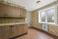 Kjøkkeninnredning med laminerte fronter, laminat benkeplate med fliser over og dobbel oppvaskkum med helt benkebeslag