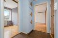 Entré med belegg på gulv, malte strier vegger og malt tak. Originalt plassbygd garderobeskap.