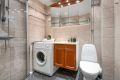 Baderomsinnredningen er bestående av klosett, dusjhjørne med svingbare dusjdører, speilskap og servant med underskap.