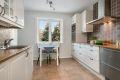Kjøkkenet er lyst og romslig, og byr på godt med både benkeplass- og lagringsplass i høye overskap.