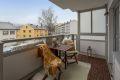Hyggelig vestvendt balkong på 7,5 kvm med belysning, strømuttak og gode solforhold.