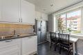 Integrerte hvitevarer og et flott side by side kjøleskap som også vil følge leiligheten.