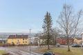 Leiligheten ligger flott til med fritt utsyn over småhusbebyggelse og over mot Lindeberg.