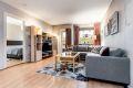 Stuen er lett å møblere, her har du en god mulighet for å ha både salong og spisestue.