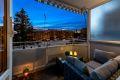 Nyt kveldene på balkongen. Lag din egen oase, møblering og blomster. Fritt utsyn og ikke nevneverdig innsyn.