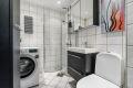Badet er rehabilitert i regi av brl. i 2006. PVC sluk, klemring, membran, varmekabler, senket tak med downlights.