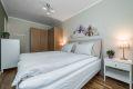 Soverommet er luftig og lyst, her har du god plass til stor seng med tilhørende møblement.