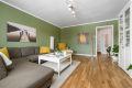 Stemningsfull stue, sparklede vegger holdt i varme farger. Eikeparkett fra 2017 med fint spill.
