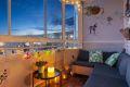Fantastisk beliggenhet, innglasset og solrik balkong med utsyn til fellesområde. Ingen nevneverdig innsyn.