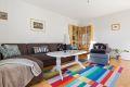 Stuen er lett å møblere, her har du mulighet for både salong og spisestue.