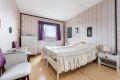 Lyst og stemningsfullt hovedsoverom. Her har du god plass til stor seng med tilhørende møblement.