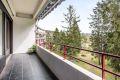 Skjermet og lun balkong, flislagt dekke, markise i hele lengden. Her kan du lage din egen lune oase.