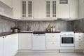 Kjøkkeninnredning med profilerte lakkerte fronter, 4 stk. fronter m/glass og laminat benkeplate.