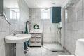 Badet ble pusset opp i regi av brl i 2003/2004, og fremstår moderne med lyse fliser og hvit baderomsinnredning.