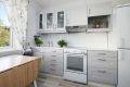 Kjøkkeninnredningen er praktisk og byr på godt med både benkeplass- og lagringsplass i overskap.