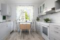 Kjøkkenet er lyst og romslig, med plass til et hyggelig spisebord.