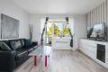 De store vindusflatene gir godt med lysinnslipp og skaper en fin atmsofære i rommet.