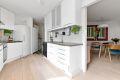 Praktisk vakserom med opplegg for vaskemaskin og tørketrommel ved kjøkken.