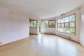 Stue med store vindusflater som sikrer mye lys inn