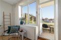 Stue med store vindusflater med fin åpen utsikt