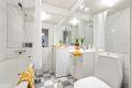 Flislagt bad med varmekabler, badekar og opplegg vaskemaskin
