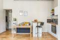 Kjøkken og stue i praktisk åpen løsning med plass til spisebord.