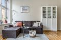 Lys og tiltalende stue med god plass til å innrede sofamøblement.