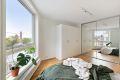 Det store vinduet slipper inn rikelig med naturlig lys og gir rommet et romslig preg.