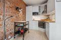 Pent kjøkken i delvis åpen løsning mot stuen.