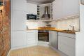Her har en integrerte hvitevarer som stekeovn, induksjonskoketopp, oppvaskmaskin og kjøleskap med frys.