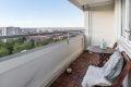 Lun balkong med treplatting, totalt usjenert. Her kan du nyte både solrike dager og lune kvelder.