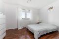 På hovedsoverommet har du god plass til romslig seng med tilhørende møblement.