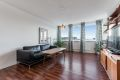 Lys og tiltalende stue med store vindusflater og utgang til balkong.