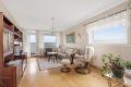 Lys og romslig stue med plass for sofagruppe og spisebord