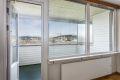 Lys og luftig stue store vindusflater som slipper inn godt med naturlig lys inn i leiligheten.