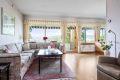 Stue med store vinduer som slipper inn rikelig med naturlig dagslys