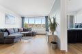 Lys og trivelig stue med store vinduer som slipper inn rikelig med naturlig dagslys!