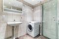 Pent flislagt bad fra 2012 med varmekabler i gulvet og downlights i himlingen. Bad består av inn- utadslående dusjvegger, servant, 2 stk. veggskap med speil og opplegg for vaskemaskin.
