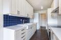 Fin kjøkkeninnredning med profilerte lakkerte formpressede fronter, laminat benkeplate, ventilator i stål, dobbel keramisk oppvaskkum og opplegg for oppvaskmaskin. Alle hvitevarene medfølger ved salg.
