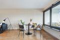 I stuen er det god plass til både spisestuebord og sofagruppe.